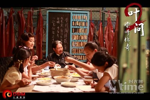 洪金宝与媳妇孩子一起吃饭