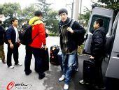 图文:刘翔与孙海平多哈归来 刘翔拉着行李