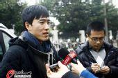 图文:刘翔与孙海平多哈归来 回答记者问题