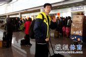 图文:田径队结束世锦赛抵京 史冬鹏打着招呼