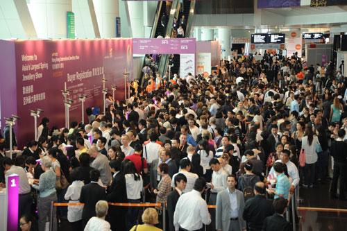 香港国际珠宝展吸引超过3万2千名买家入场,买家总人数较去年上升9%,海外买家数字飙升28%。图为现场情况。
