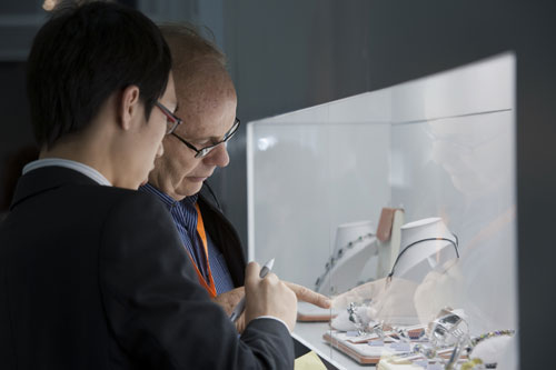 3月5-9日举行的香港国际珠宝展现场洽商气氛炽热。