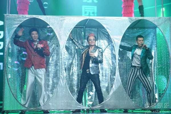 图:萨钢云家庭郝建宁家庭表演《青苹果乐园》