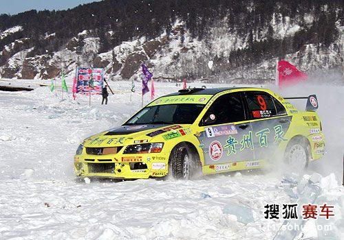 图文:漠河冰雪拉力赛第三日 魏红杰冲出赛道