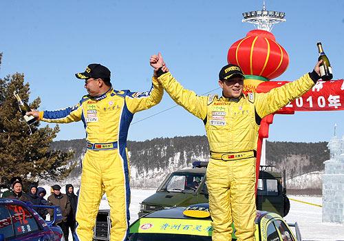 刘曹冬(右)在收车仪式上