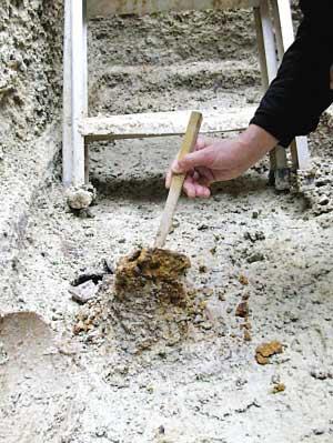 图三: 锈迹斑斑的铁器引起考古人员的浓厚兴趣。 高峰 摄