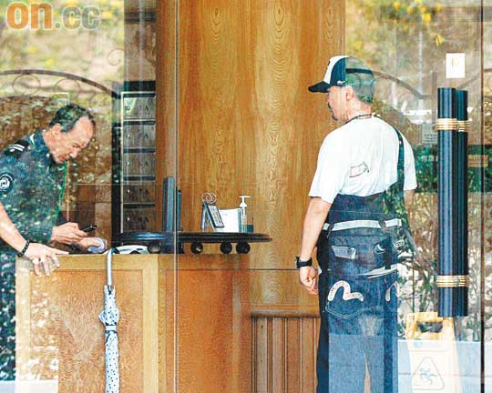 王喜与大厦保安十分熟络,貌似志云家中常客