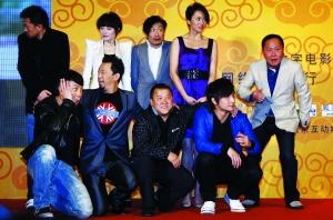 在刘镇伟(右一)的带领下,众位主演拍张合影都要恶搞一下