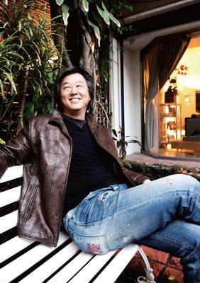 """53 岁的王伟忠身形高大,声音洪亮,很有""""大哥""""派头"""