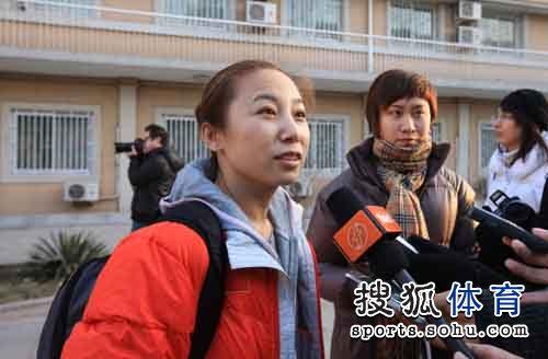 图文:短道速滑队出征世锦赛 李琰接受采访