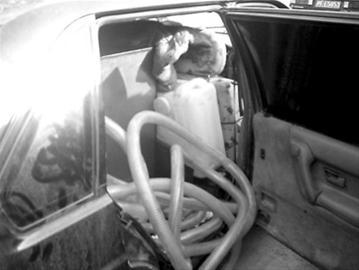 普通轿车被改装为盗油车-上海破特大盗抢汽油案 油耗子偷销一条龙高清图片