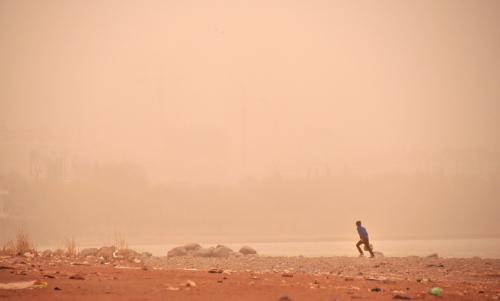 昨日傍晚,兰州市出现扬沙天气,漫天黄尘,看黄河岸边一片模糊