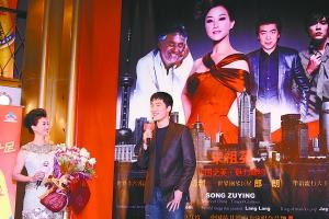 刘翔赶到开票仪式现场,向宋祖英献上一束白玉兰。