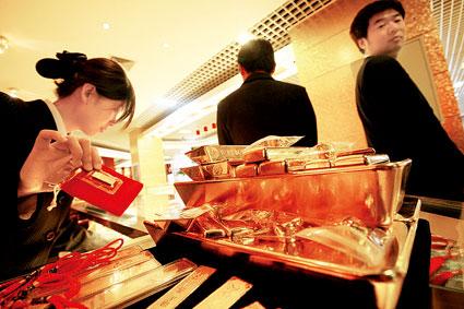在中国黄金旗舰店,工作人员一早正在备货 摄/记者吴海浪