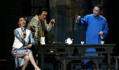 《茶馆》中吴刚与岳秀清同场剧照