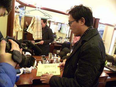 吴刚向记者炫耀自己收到的礼物.jpg