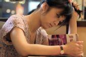 图:《月满轩尼诗》精彩剧照 汤唯在茶餐厅读书