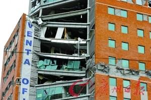 """2010年3月17日,智利中部康塞普西翁市,一栋正在发售的办公楼因为""""强柱弱梁""""的设计而屹然不倒——虽然部分楼层楼板已经坍塌。"""