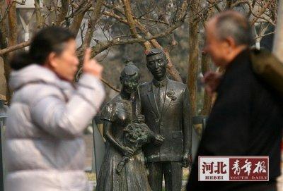 ■两位老人在相亲会现场聊天■摄/本报记者陈建宇