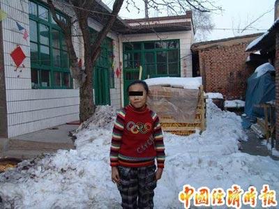 图为家住太原市小店区西温庄乡东温庄村10岁的莉莉,目前咬字不清,动作怪异,手、脚、头部常常不自觉抽动。
