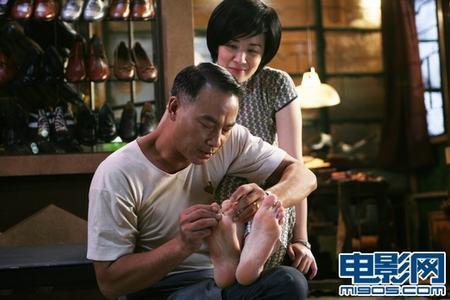 任达华帮吴君如剪脚指甲
