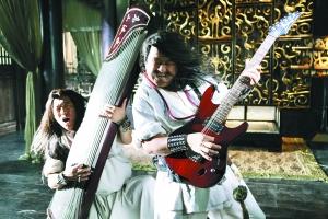 周瑜(左,黄渤饰演)和诸葛亮(右,曾志伟饰演)两人纵情飙琴