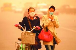 昨夜起,京城迎来浮尘扬沙大风天气,预计今天阵时风力可达7级。