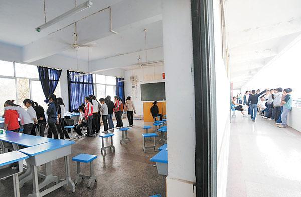 昨日(19日),南川高三高中正在学生进行体检.中学物理科教选修版13-图片