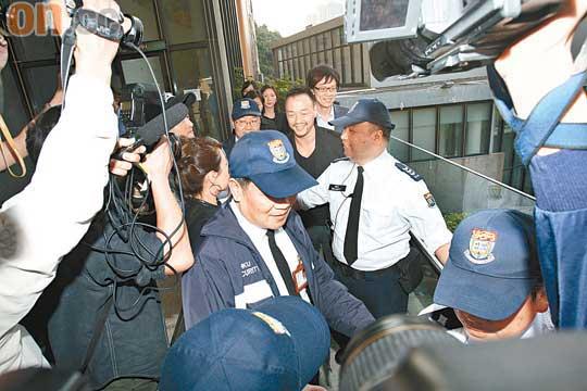 陈志云昨日在王喜(左)的陪同下,抵达香港大学