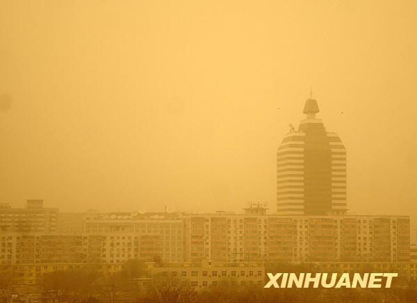 北京市内的建筑物笼罩在沙尘中.新华社记者公磊摄