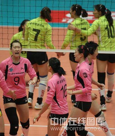 图文:天津女排3-0上海 上海队庆祝得分