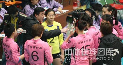 图文:天津女排3-0上海 张立明现场指导