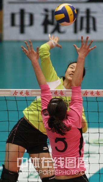 图文:天津女排3-0上海 张轶蝉跃起拦网