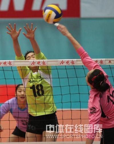 图文:天津女排3-0上海 李莹跃起拦网