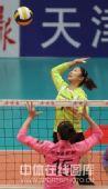 图文:天津女排3-0上海 殷娜跃起扣球