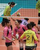 图文:天津女排3-0上海 马蕴雯与对手庆祝