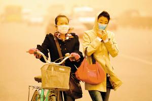 北京,行人全副武装。