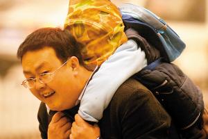 兰州,一父亲将儿子包裹严实。