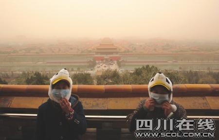 在北京景山公园,俯瞰沙尘笼罩中的故宫图据CFP