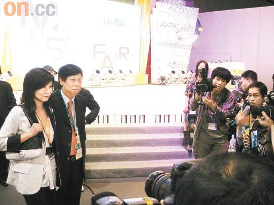 """乐易玲被吴雨取笑""""逃不了"""",只好站定任由记者拍照和访问"""
