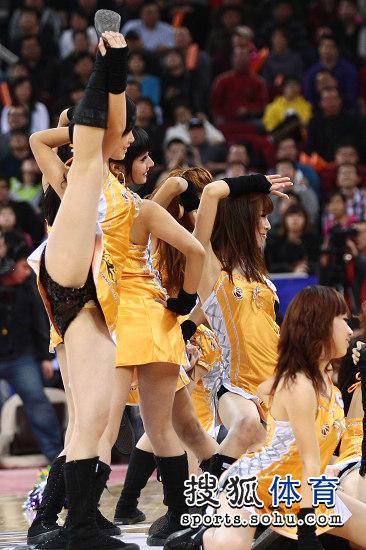 篮球宝贝劈腿走光