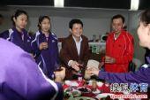 图文:天津女排举行庆功宴 陈忠和敬酒