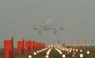 台北桃园机场仍可起降飞机,但马祖机场因能见度过低,暂时关闭,图片来源:台湾《联合报》