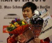 图文:德国乒乓球赛颁奖仪式 冯亚兰手捧奖杯