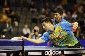 图文:德国乒乓球赛男双决赛 马龙回球瞬间