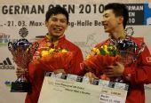 图文:德国乒乓球赛颁奖仪式 陈�^马龙开心不已