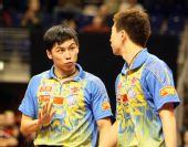 图文:德国乒乓球赛男双决赛 陈�^马龙场上交谈