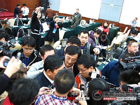 记者拦住主持会议的山西省委宣传部副部长杨波