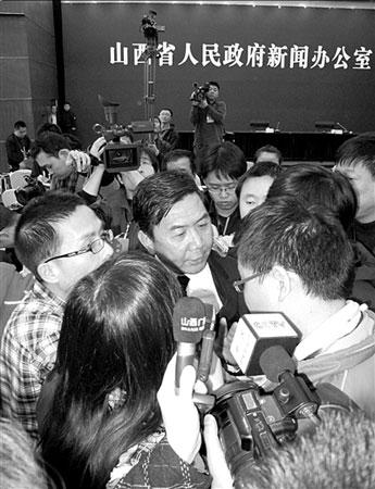 发布会后,山西省委宣传部副部长杨波被记者围住采访。             《鲁中晨报》供图