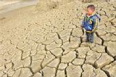 图:旱区水库底裂缝达10厘米